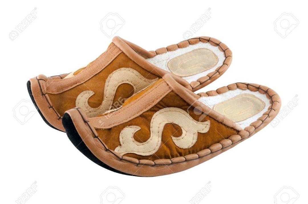 18232814-tradicional-árabe-aladdin-zapatillas-en-el-fondo-blanco-fieltro-zapatos-con-dedos-curvados.jpg